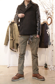 Leather Arm Pea Coat<br>팔부분 레더 디자인<br>울소재로 겨울철 착용가능