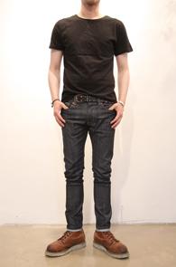 Basic Simple Black T-shirts<br>기본적인 라운드넥 형태의 티셔츠<br>심플하면서 간편한 코디감