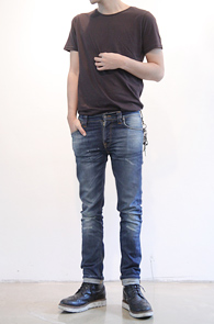Basic Simple Charcoal Grey T-shirts<br>기본적인 라운드넥 형태의 티셔츠<br>심플하면서 간편한 코디감