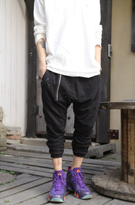 Black Zipper Point Training Pants<br>블랙컬러, 코튼소재<br>여러가지 디테일이 돋보이는 트레이닝 팬츠