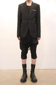 1-button Handkerchief Blazer<br>원버튼 행거치프 블레이저<br>디올모티브의 슬림핏 제품