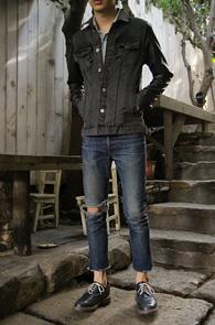 Fake Leather Sleeve Denim JK<br>톤다운된 워싱의 페이크레더 소매 G쟌<br>타이트한 슬림핏과 적당한 길이감 매트한 컬러