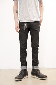 Black Raw Denim Pants<br>논워싱 블랙 컬러, 슬림핏<br>깔끔한 디자인의 슬림 생지데님