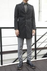 Black 3 Button Single Long Coat<br>블랙컬러, 코튼 폴리 혼방원단<br>베이직한 디자인의 싱글롱코트