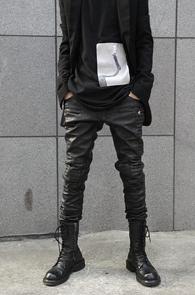 Black Leather Quilting Biker Pants<br>페이크 레더 소재, 바이커 디자인<br>유니크한 소재의 바이커 팬츠