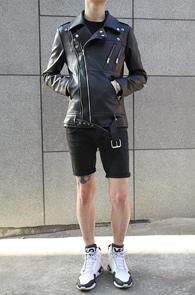 Black Fake Leather Rider Jacket<br>페이크 레더 소재, 블랙 컬러<br>디테일이 있는 라이더 자켓
