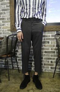 Charcol Basic Slim Wide Slacks<br>챠콜 컬러의 슬림 와이드 슬렉스<br>기본적인 컬러와 9부 기장의 편한 착용감