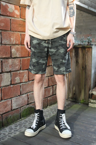 Camo String Half Pants<br>심플한 디자인의 카모 패턴<br>스트링 디테일이 돋보이는 하프팬츠