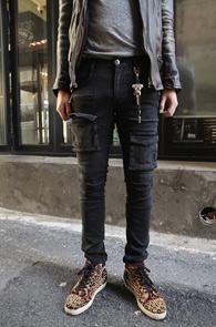 Black Skinny Cargo Pants<br>워싱이 들어간 블랙데님소재<br>스키니한 핏감의 카고 팬츠