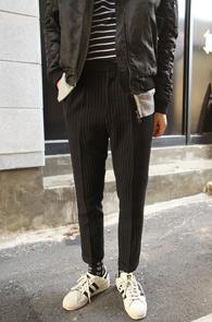Black Stripe Slim Slacks<bR>블랙컬러의 스트라이프 패턴<br>슬림한 핏감의 크롭트핏 슬렉스