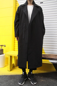 Black Over Fit Love Coat<br>블랙컬러의 오버롱 핏감<br>뒷부분 패치 디테일이 돋보이는 롱코트