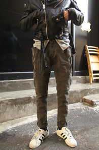 Khaki Zipper Baggy Cargo Pants<br>카키컬러의 코튼소재<br>슬림배기핏이 돋보이는 카고팬츠