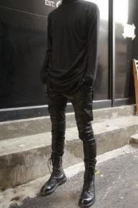 Black Long Turtle Warmer T-Shirts<Br>블랙컬러의 폴리혼방 기모원단<br>워머디테일이 돋보이는 롱 터틀넥 티셔츠