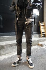 Black Washing Biker Denim<br>흑청톤의 워싱가공 컬러감<br>바이커 디테일이 돋보이는 데님팬츠