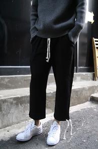 Black Crop Banding Pants<Br>블랙컬러, 밴딩 디테일<br>크롭핏의 밴딩 트레이닝 팬츠