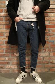 Mid Blue Crop Denim Pants<Br>깔끔한 중청컬러의 데님소재<br>유니크한 핏이 돋보이는 데님팬츠