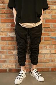 Black Twill Zipper Crop Pants<br>블랙컬러, 트윌 디테일<br>크롭트 기장의 셔링팬츠