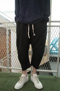 J Crop Baggy Pants<br>블랙컬러, 마소재<BR>배기핏의 크롭 팬츠