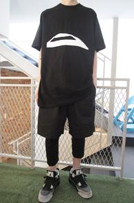 Black Printing Long T-Shirts<Br>블랙컬러의 프린팅 디테일<br>롱한 기장감의 스냅티셔츠