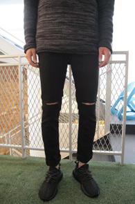 Black Slim Straight Destyored Pants<Br>블랙컬러, 슬림일자 핏감<br>무릎부분 디스 디테일