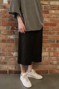Black Wide Fit Crop Pants<Br>트임 디테일, 허리밴딩처리<br>와이드한 핏감의 밴딩 슬렉스