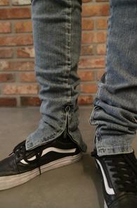 Zipper Point Denim Pants<br>디스디테일, 밑단 지퍼디자인<br>슬림한 핏감의 지퍼데님