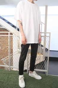White Box Fit T-Shirts<br>화이트 컬러 코튼 소재<br>박시한 핏감의 기본 티셔츠