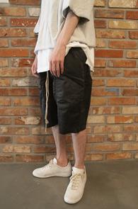Black Coating Crop Baggy Pants<br>블랙컬러, 코팅가공<br>배기핏의 편안한 팬츠