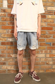 Light Blue Washing Vintage Denim Half Pants<br>연청톤의 워싱 가공 디테일<br>빈티지함이 느껴지는 하프데님