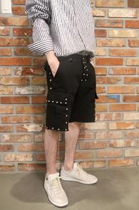 Blaco Cargo Half Stud Pants<Br>블랙컬러의 스터드 디테일<br>유니크한 디자인의 카고 하프팬츠