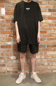 Black Printing Base T-Shirts<br>블랙컬러, 프린팅 디자인<br>사이드 트임 디테일의 티셔츠