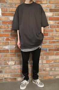 Dark Gray Cutting Box Fit T-Shirts<br>다크그레이 컬러, 컷팅 디테일<br>여유로운 핏감의 기본 티셔츠