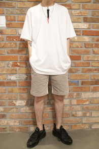White Red Zipper Point T-Shirts<br>박시한 핏감, 지퍼 디테일<br>넥라인 디테일이 돋보이는 티셔츠