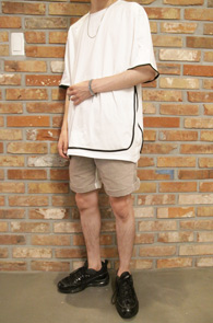White Black Line T-Shitrs<br>화이트컬러, 코튼소재<br>라인 디테일이 돋보이는 티셔츠