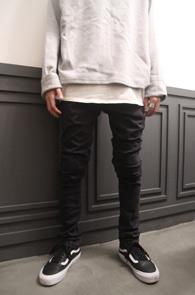 Black Biker Fit Skinny Pants<br>블랙컬러, 스키니한 핏<br>바이커 팬츠의 절개 디테일