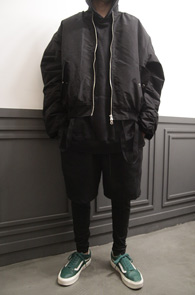Black Strap Over Fit MA-1 Jacket<br>블랙컬러의 스트랩 디테일<br>박시한 오버핏감의 항공점퍼