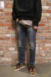 Mid Blue Washing Denim Pants<br>중청컬러, 디스트로이드 디테일<br>심플한 디자인의 데님팬츠