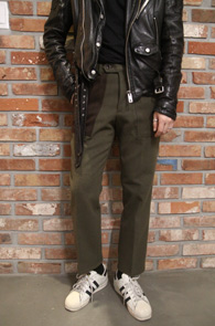 Khaki Carbon Wool Slakcs<br>카키컬러의 울 소재<br>배색 디테일이 돋보이는 슬랙스