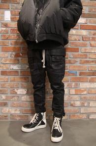 Black Coating Rick Baggy Pants<br>블랙컬러, 코팅가공원단<br>코팅가공원단의 블랙 배기팬츠