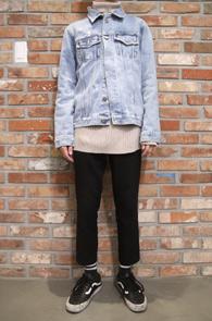 Light Blue Vintage Denim Jacket<br>연청컬러의 빈티지한 디테일<br>베이직한 디테일의 데님자켓