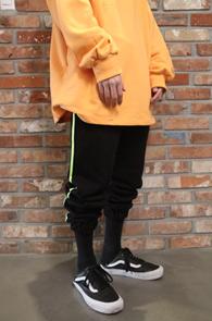2 Color Side Line Sweat Jogger Pants<Br>블랙과 그레이 두가지 컬러<br>사이드 라인 디테일의 스웨트팬츠