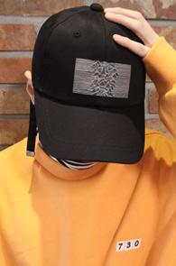 Black Joy Division Ball Cap<br>블랙컬러, 코튼 100 소재<br>조이디비전 프린팅의 롱 스트랩 볼캡