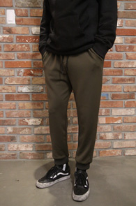 Khaki Slim Jogger Pants<Br>카키컬러, 얇은 소재감<br>슬림한 핏감의 조거 팬츠