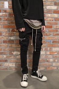 Black Pocket Cargo Pants<br>블랙컬러, 슬림한 핏감<br>카고팬츠 디테일의 밴딩 팬츠