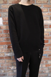 Black Reversible Over Fit T-Shirts<br>블랙컬러의 리버시블 디자인<br>특유의 디테일이 돋보이는 티셔츠