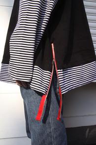 Black Stripe Layered Zipper T-Shirts<br>박시한 핏감, 레이어드 디테일<br>사이드 테이프 지퍼 포인트의 티셔츠
