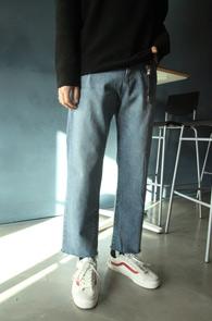 Crop Washing Cutting Denim Pants<br>연청컬러, 크롭 기장감<br>라이트 블루 워싱의 컷팅 데님진