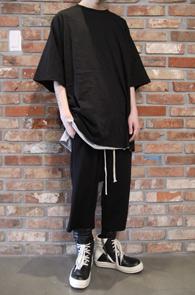 Black Box Fit T-Shirts<Br>블랙컬러, 박시한 핏감<br>뒷쪽의 가오리 패턴의 티셔츠