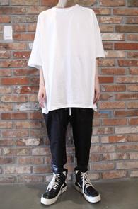 White Box Fit T-Shirts<br>화이트컬러, 박시한 핏감<br>뒷쪽의 가오리 패턴의 티셔츠