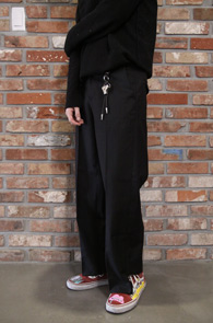 Black Unbalance Wide Slacks<br>블랙컬러, 비대칭 밑단처리<br>와이드한 핏감의 비대칭 슬랙스